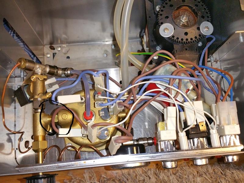 Lelit pl042em fuite d 39 eau sur les cot s du porte filtre for Porte 1007 ne fonctionne plus