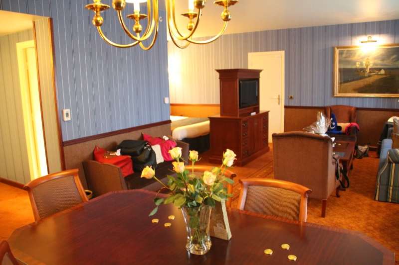 Disney 39 s newport bay club compass club page 4 for Coin chambre dans salon