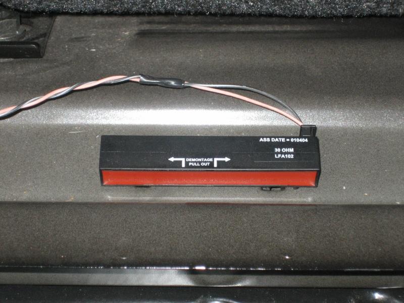 boitier noir et rouge dans le fond du coffre r solu. Black Bedroom Furniture Sets. Home Design Ideas