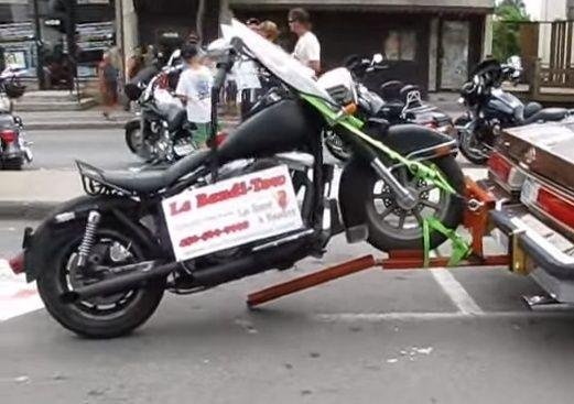 Porte moto minimaliste for Rampe dacces moto