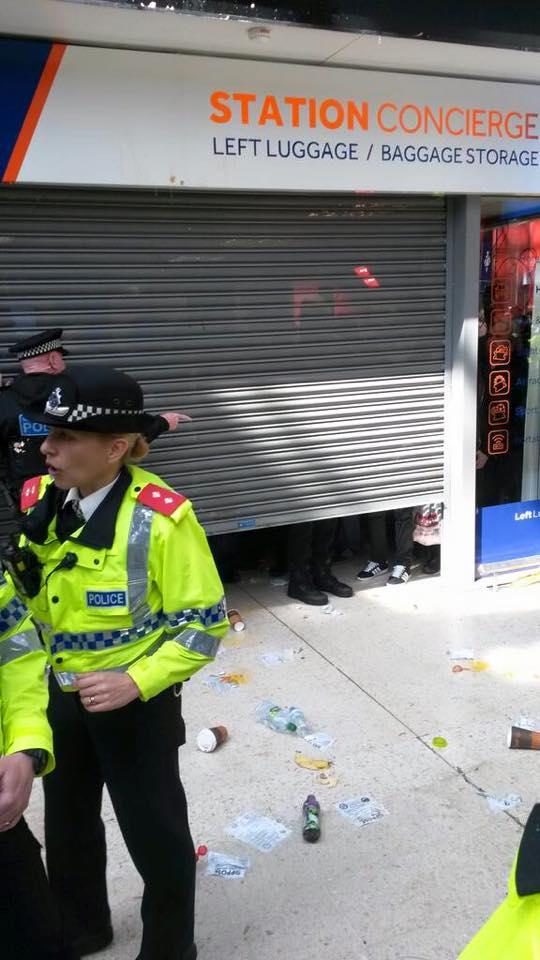... jusqu'à ce que leurs amis les flics viennent leur libérer la sortie.
