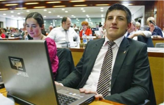 Image n°3 : Alexandre Gabriac (ici en pleine séance du Conseil Régional) sait se servir d'un ordinateur.