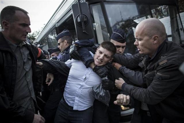 Image 1 Alexandre Gabriac dansant avec ses amis policiers.