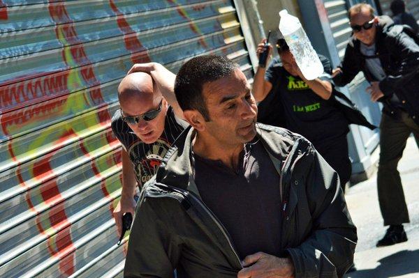 Les flics se font sortir du cortège antifasciste le 6 juin 2015.