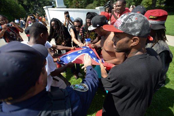 Les manifestants se partage un drapeau confédéré piqué au KKK.