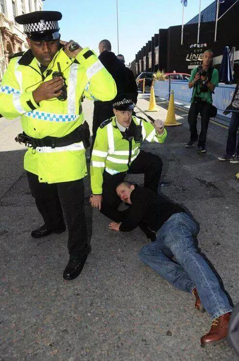Rassurez-vous, ses amis flics ont rapidement volé à son secours.