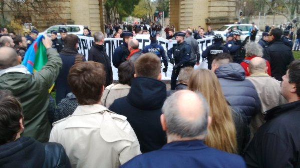 ... et se font dégager par les manifestants ! Union nationale, mon cul.