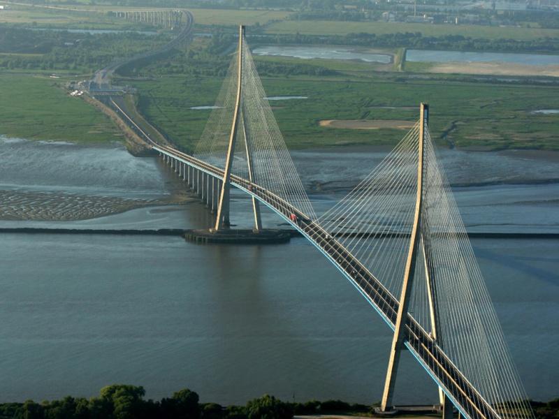 Premi re mondiale 2011 le pont haubans et tablier courbe de t r nez - Premier pont a haubans ...